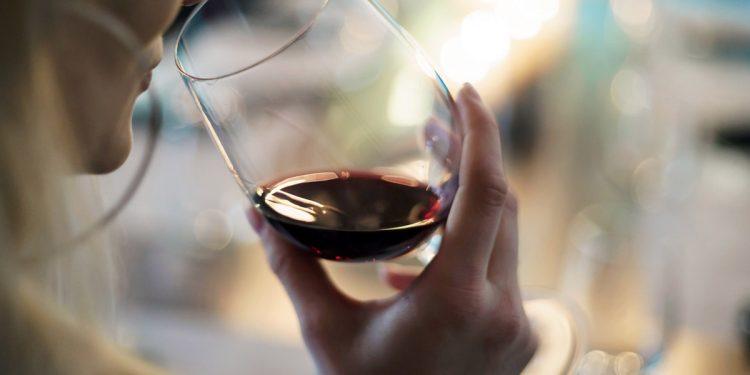 L'alcol non protegge dal Coronavirus, anzi: l'eccesso aumenta il rischio di infezioni virali