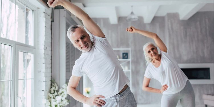 Coronavirus e over 65: gli esercizi da fare a casa per migliorare forza, equilibrio e flessibilità