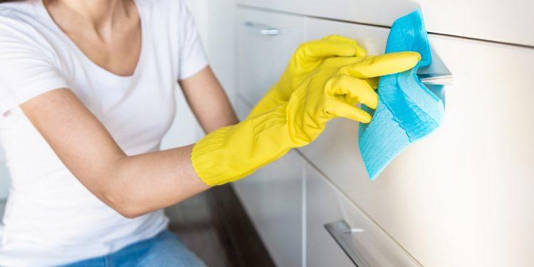 Coronavirus, detergenti e disinfettanti: la guida pratica per sceglierli e usarli nel modo giusto