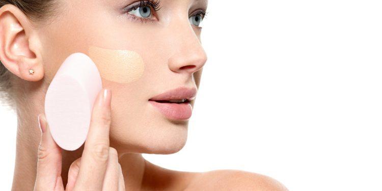 Test tedesco su 12 fondotinta liquidi: il migliore è il più economico, bocciati alcuni grandi marchi del make up