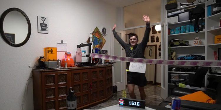 Maratona a casa: l'impresa dello Youtuber. 42 km e 1616 giri tra salotto, camera e balcone