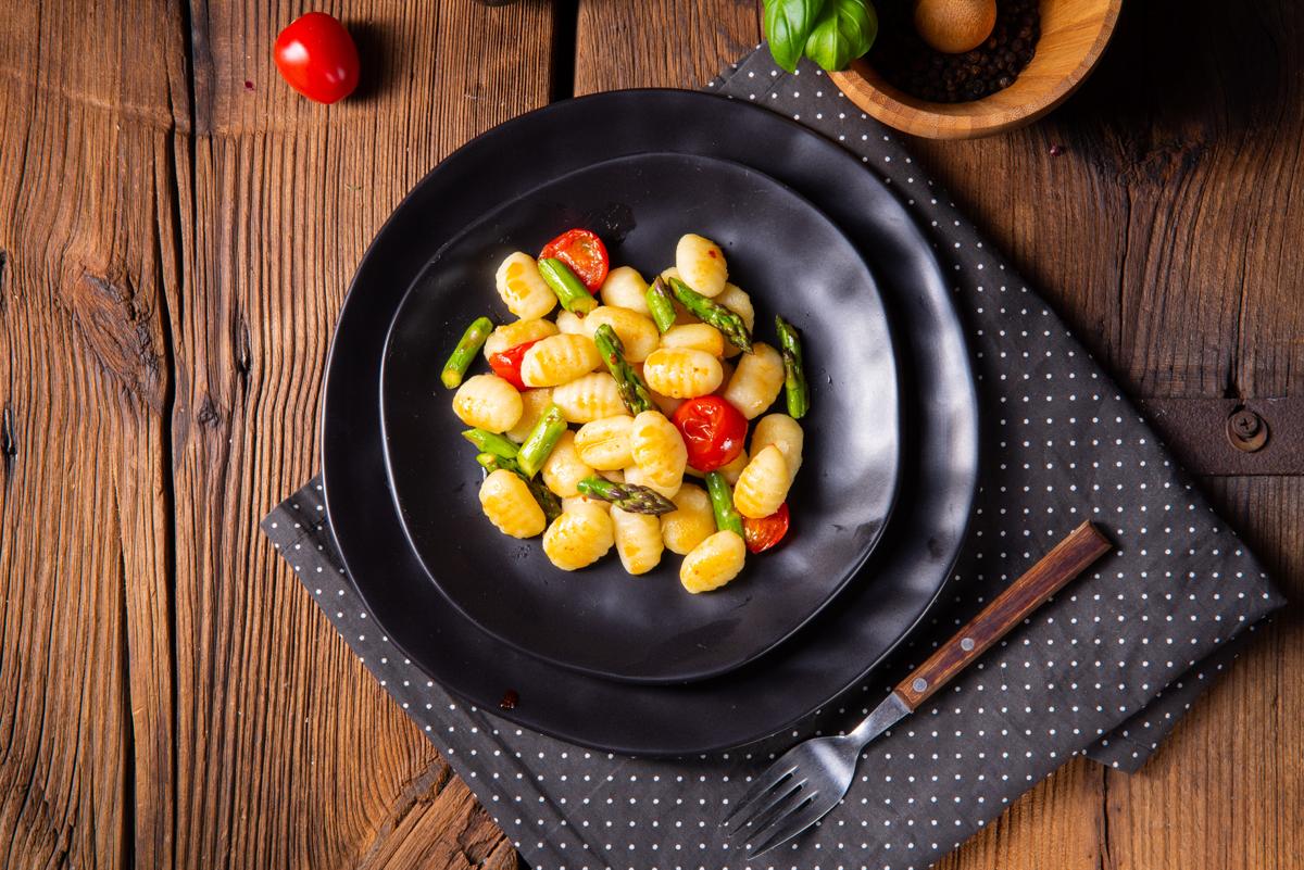 Ricette con asparagi: gnocchi con asparagi e pomodorini