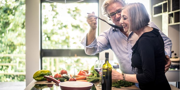 """Un anno di dieta mediterranea dopo i 65 fa aumentare i batteri intestinali """"buoni"""" che aiutano a invecchiare in salute"""