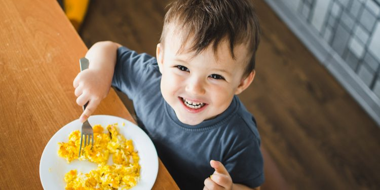 Educazione alimentare dei bambini: perché è importante, il fabbisogno di calorie e nutrienti, la corretta composizione dei pasti, i benefici di una dieta completa e i consigli per stimolare i più piccoli a mangiare sano