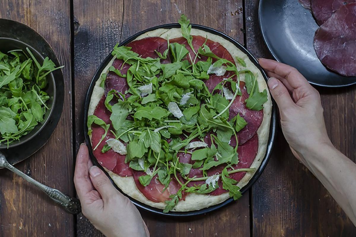 Ricette con rucola: iocaccia con rucola, bresaola e grana