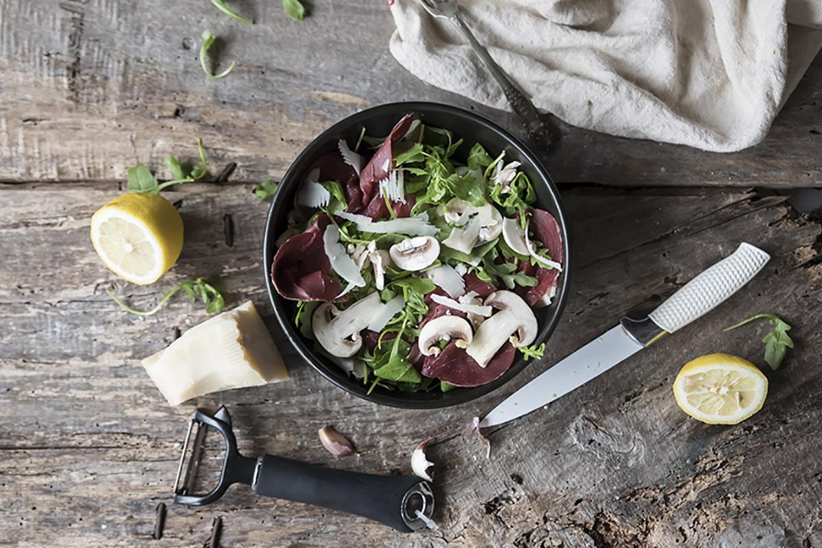 Ricette con rucola: insalata di funghi, bresaola, rucola e grana