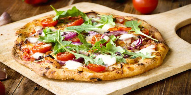 Rucola: l'insalata che combatte pancia gonfia e osteoporosi. 3 ricette da provare