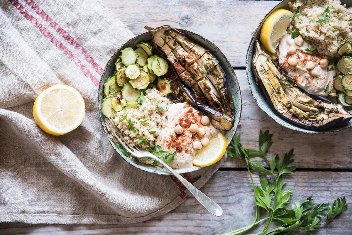 Buddha bowl con quinoa, hummus di ceci, melanzane e zucchine arrosto