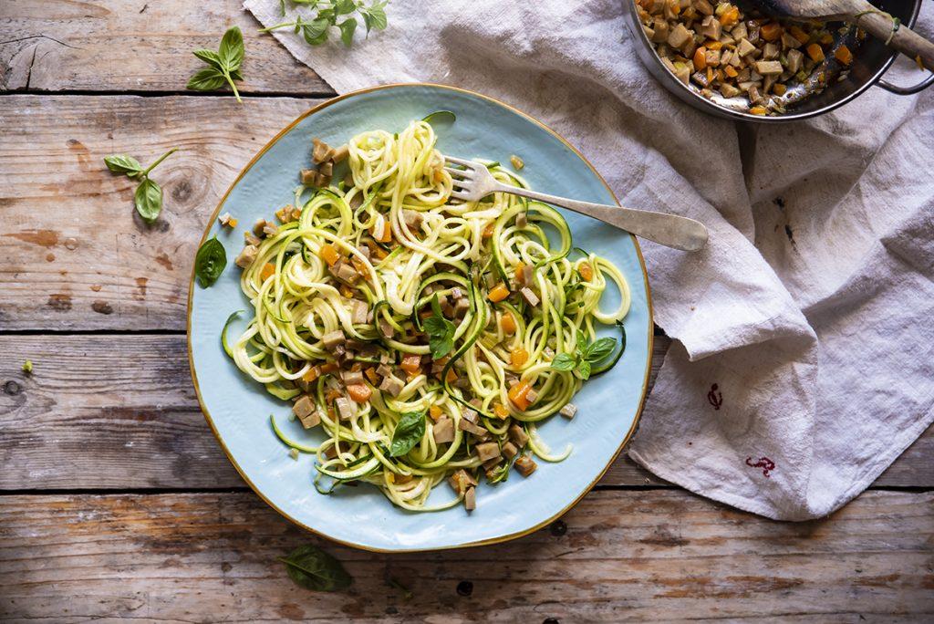 Noodles di zucchine e seitan