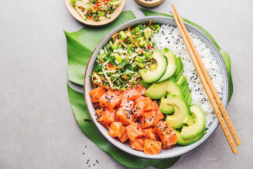 Pokè bowl hawaiano con pesce