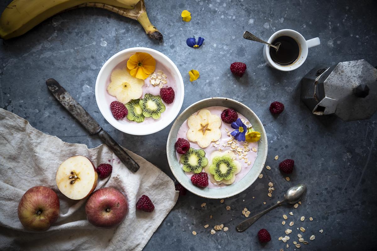 Smoothie bowl con yogurt greco e frutta