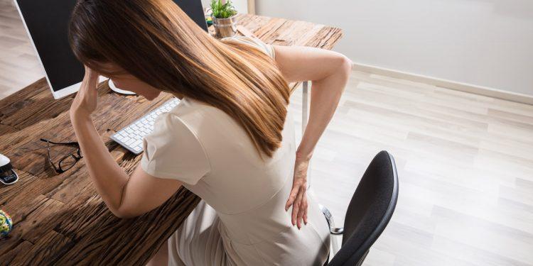 """Stare seduto troppo a lungo fa male: 4 """"trucchi"""" per alzarti dalla sedia e camminare di più"""