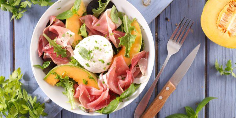 Mozzarella: benefici, consigli per gustarla a dieta, abbinamenti in cucina e 13 ricette da provare