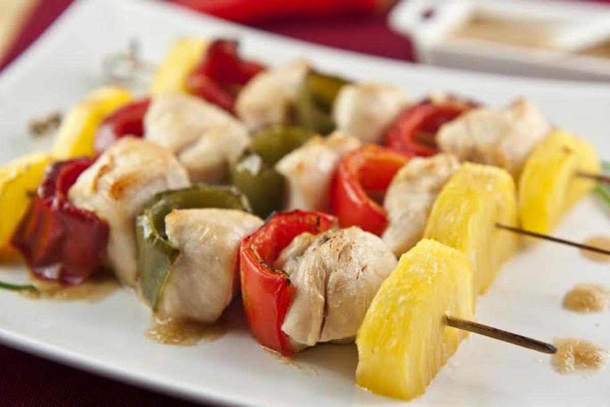 spiedini di pollo con peperoni e ananas