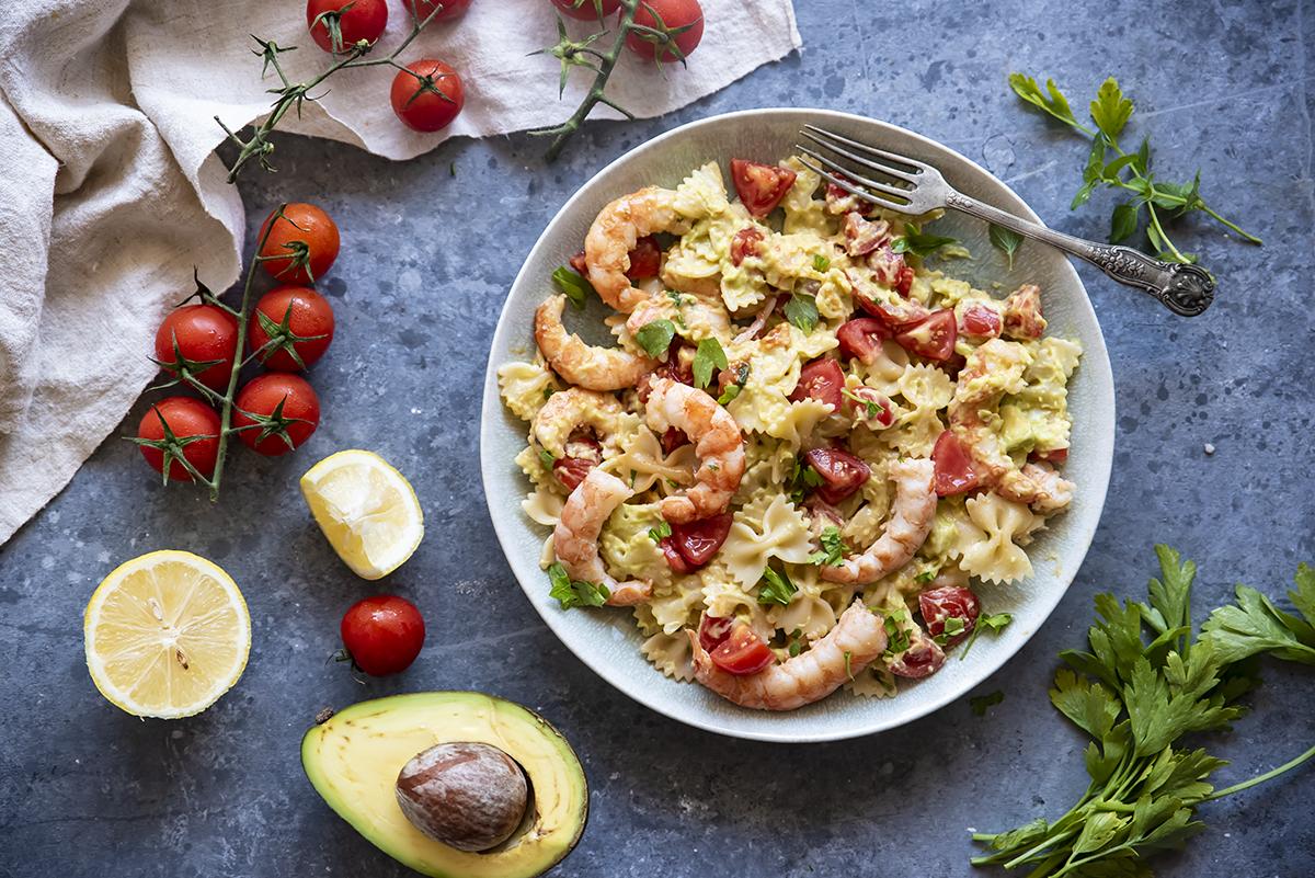 Pasta con crema di avocado, pomodorini e gamberi
