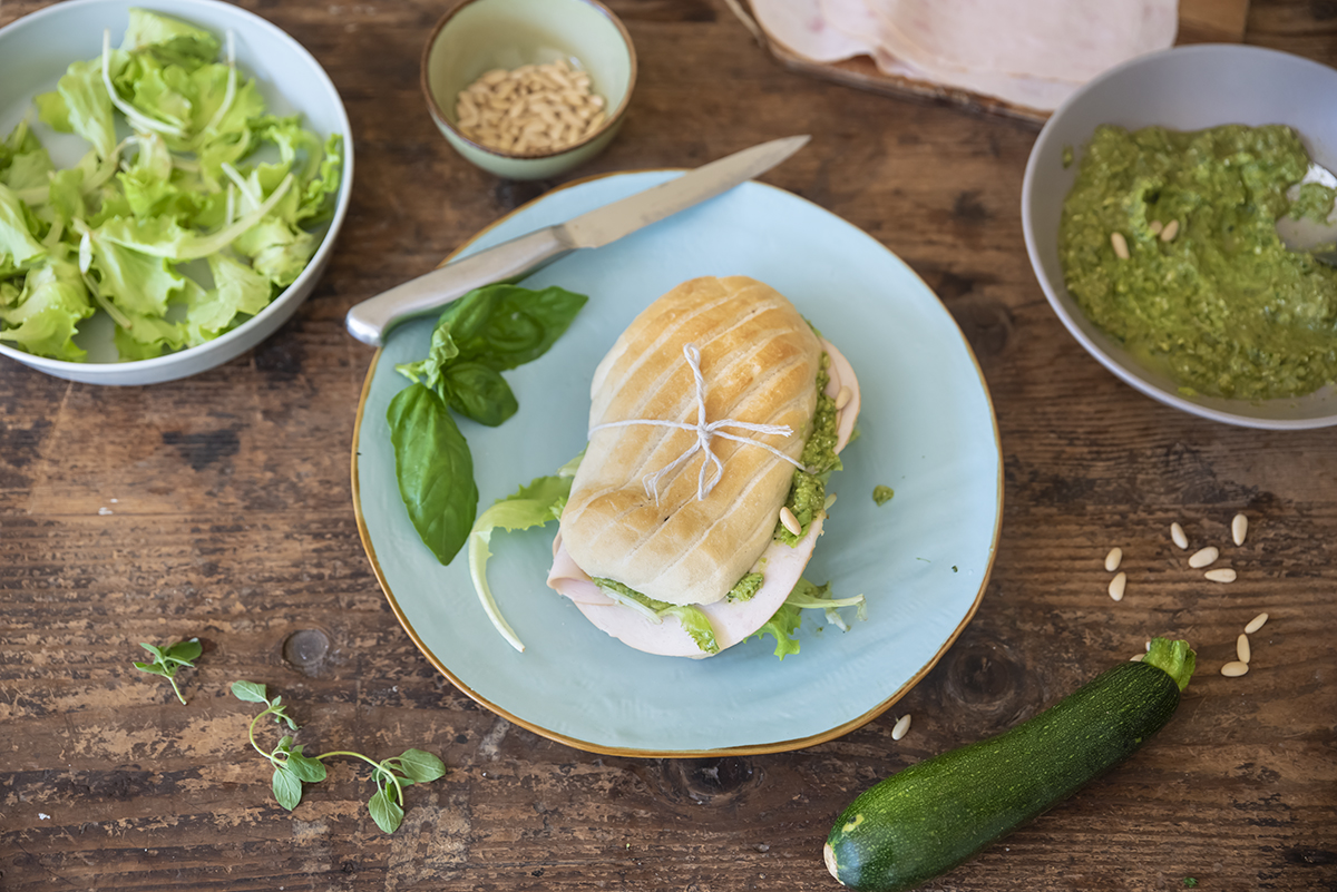 Panino con pesto di zucchine, fesa di tacchino arrosto e lattughino