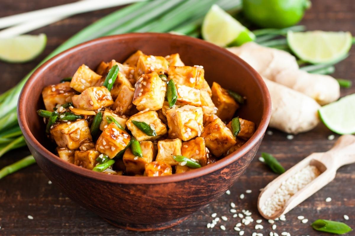 Verdure saltate con tofu, zenzero e senape