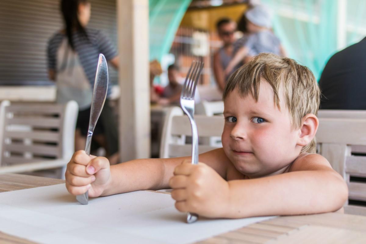 bambini-mangiano-male