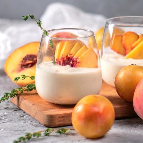 bicchierini con yogurt e pesca