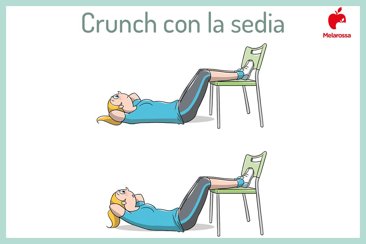 crunch con i piedi sulla sedia