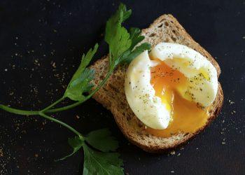 Uovo in camicia: ricetta, calorie e come cucinarlo