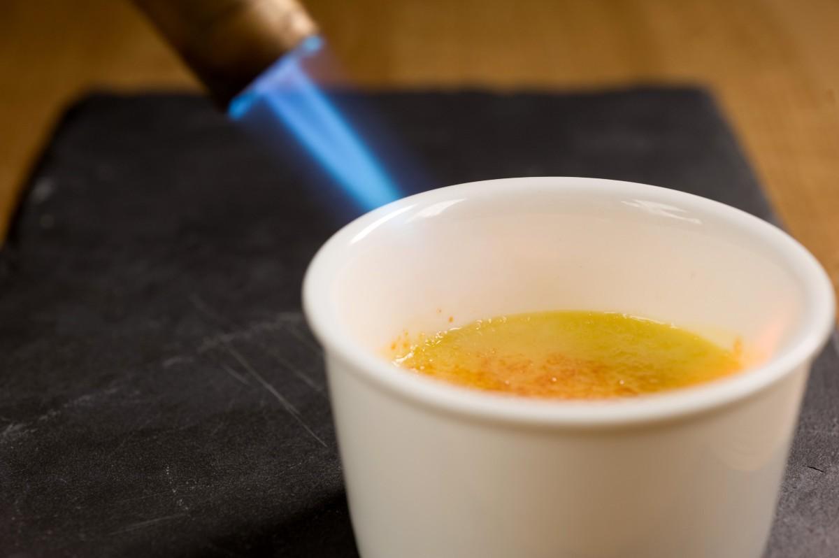crema catalana con flambatore