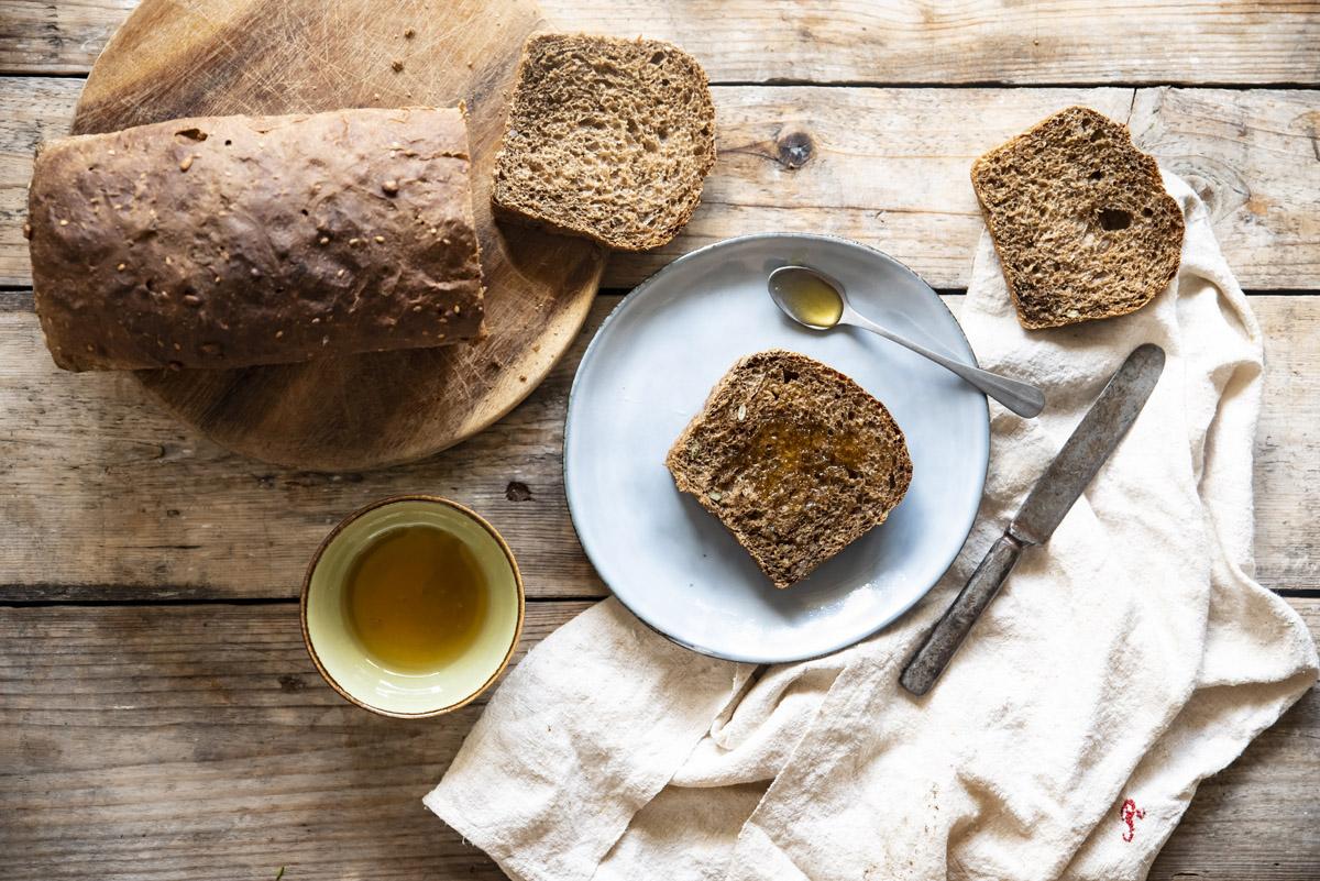 Pane fatto in casa: pane di segale con semi