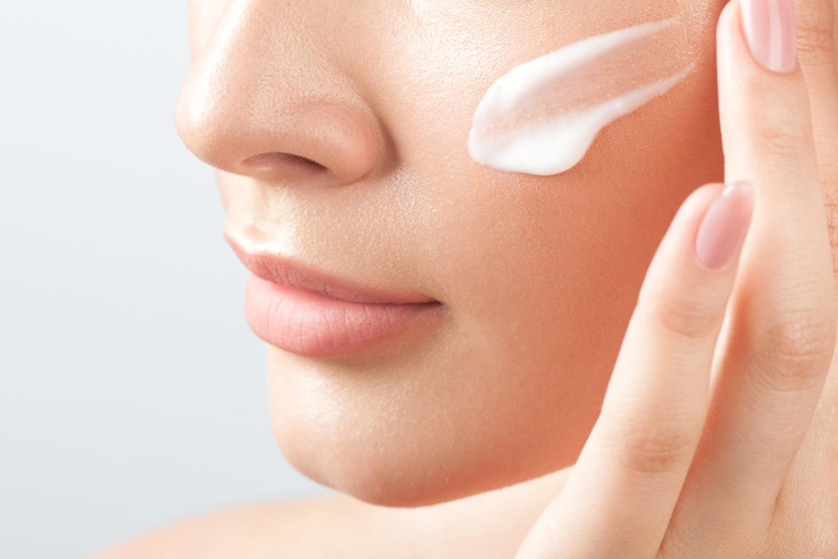 La pelle secca dipende da una carenza di idratazione nello strato superficiale dell'epidermide