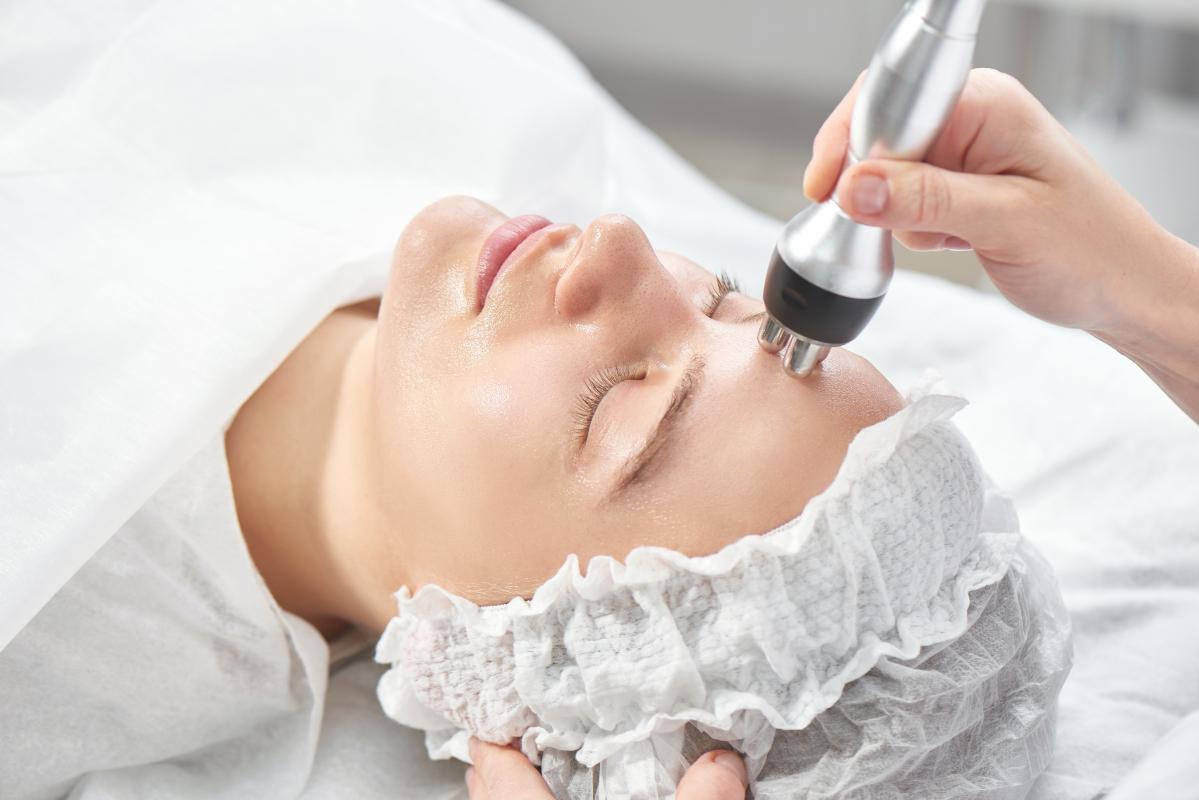 La radiofrequenza viso è un trattamento estetico non invasivo e indolore, efficace per contrastare i segni del tempo