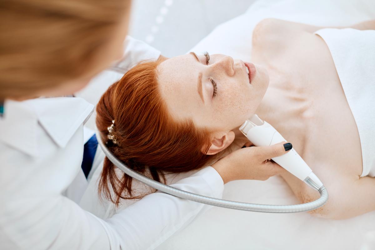La radiofrequenza viso è utile per ridurre i segni del tempo e migliorare il tono dell'epidermide