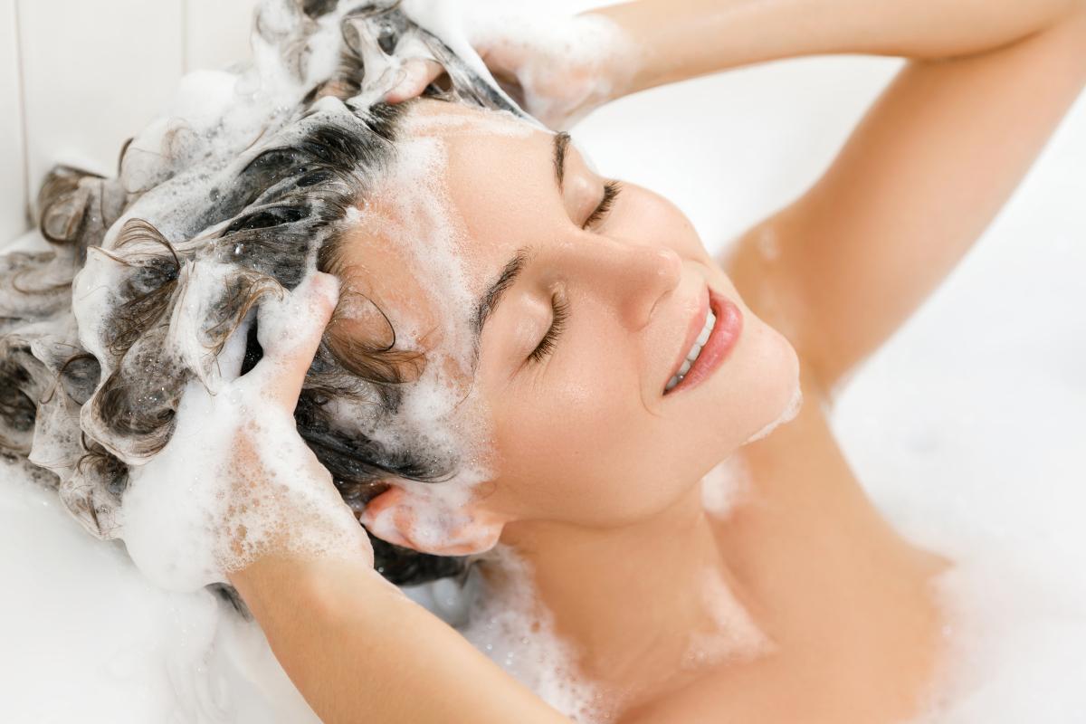 Shampoo all'acido ialuronico ideale per idratare e nutrire in profondità i capelli dalle radici alle punte
