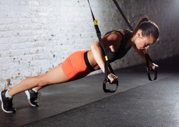 TRX: cos'è, benefici, come allenarsi e workout