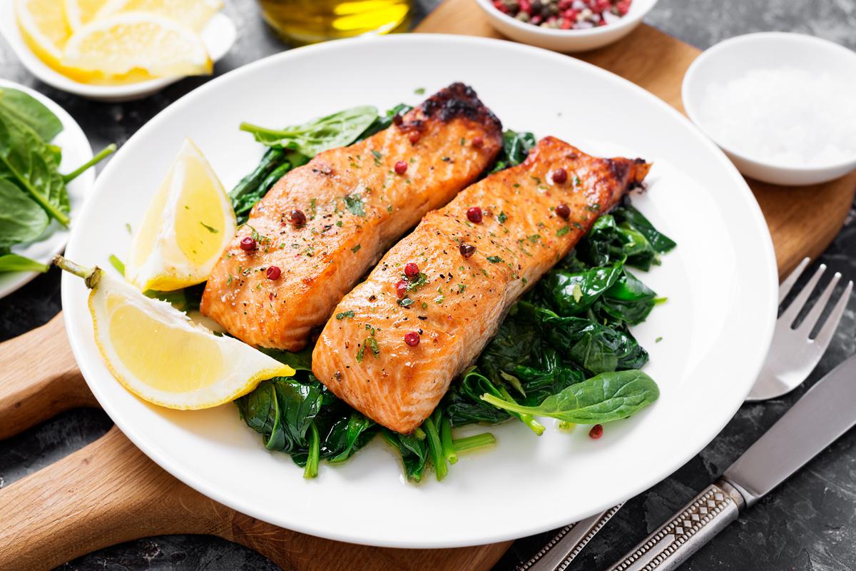 cottura a vapore: ricetta del salmone con spinaci