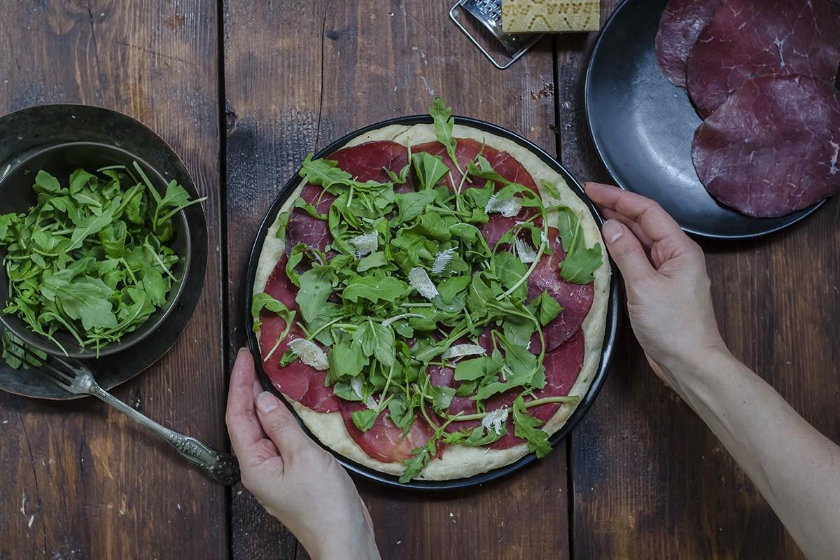 Pizza a casa: focaccia con bresaola, rucola e grana