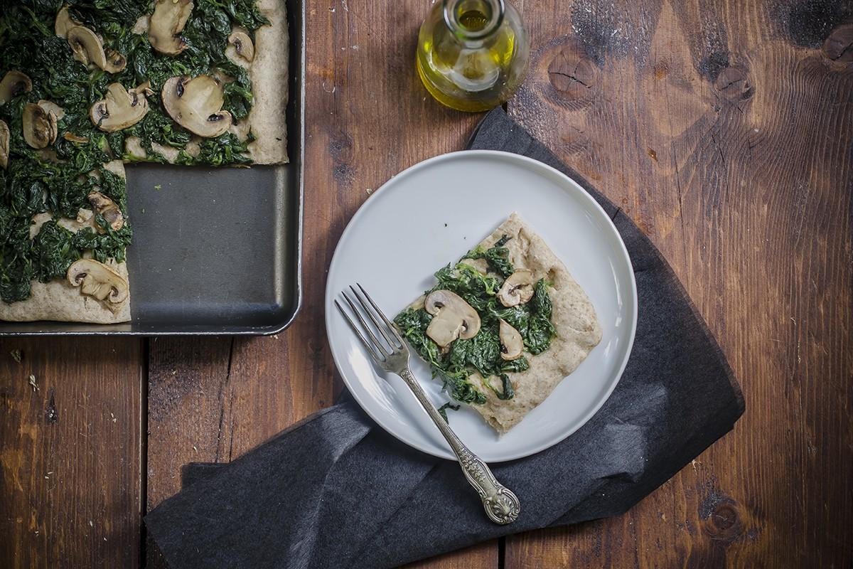 Pizza a casa: pizza integrale con spinaci e funghi