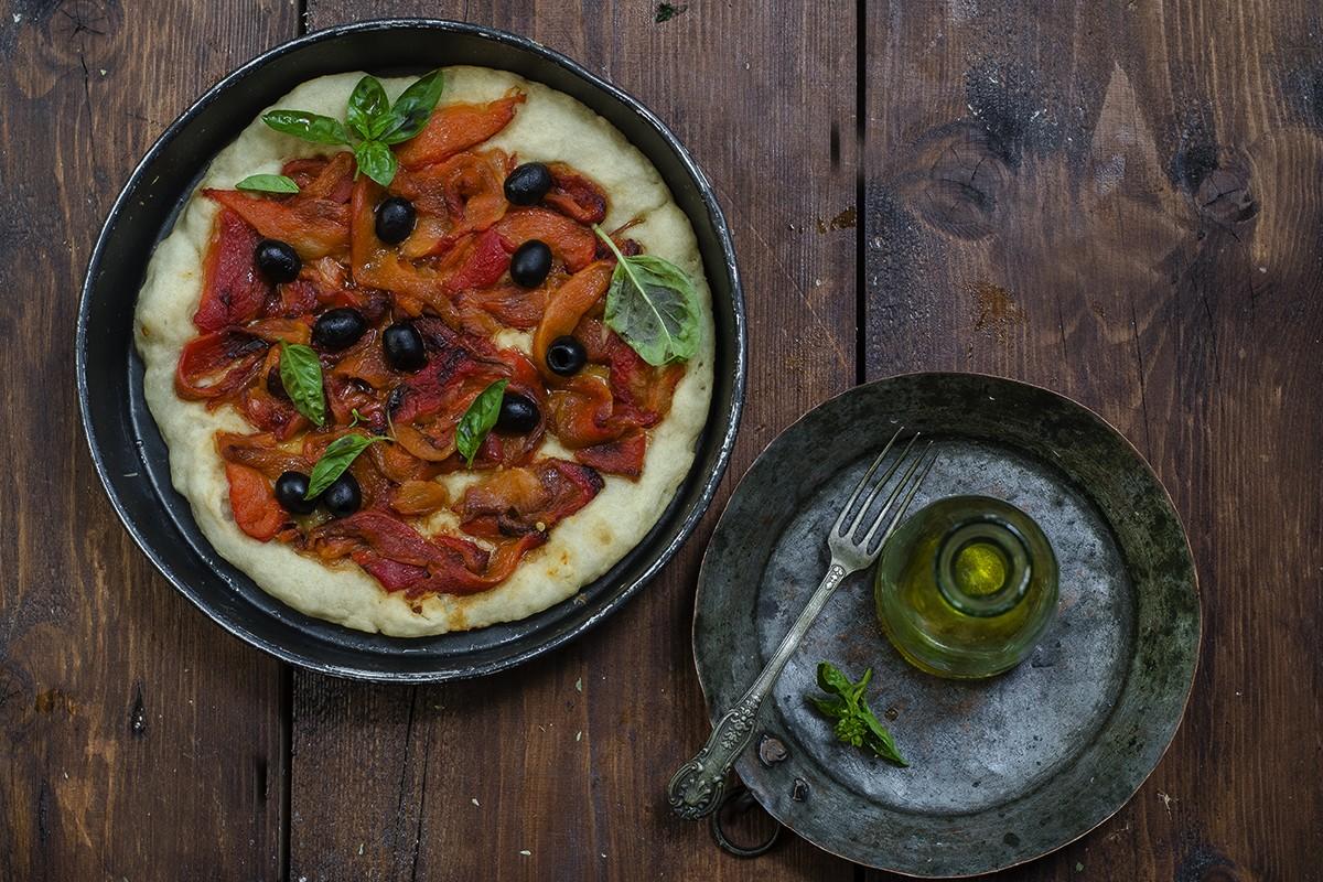Pizza a casa: pizza con peperoni e olive