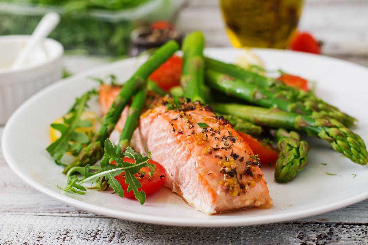 Salmone alla griglia con verdure