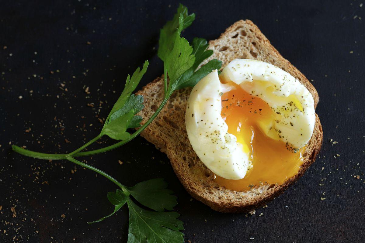 Secondi piatti veloci e facili:  l'uovo in camicia