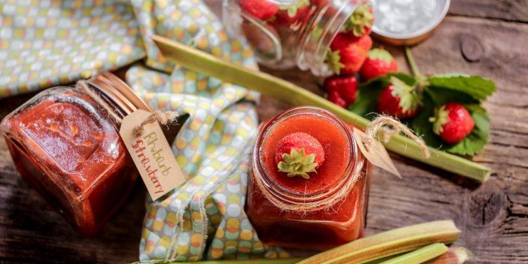 marmellata di rabarbaro: ricetta classica e variante con fragole e mele