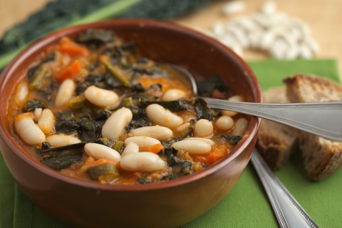 Ricette con fagioli: zuppa di cavolo verza e fagioli
