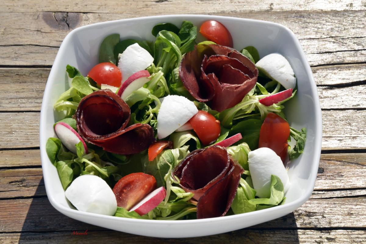 Ricette con la mozzarella: insalata con bresaola e mozzarella