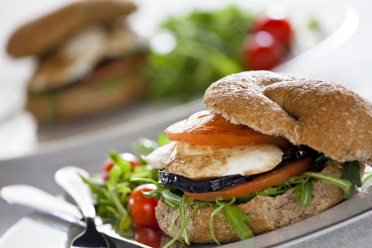 Ricette con la mozzarella: panino con pomodoro, melanzane e mozzarella