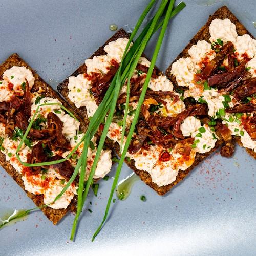 crostini di segale con crema di tofu