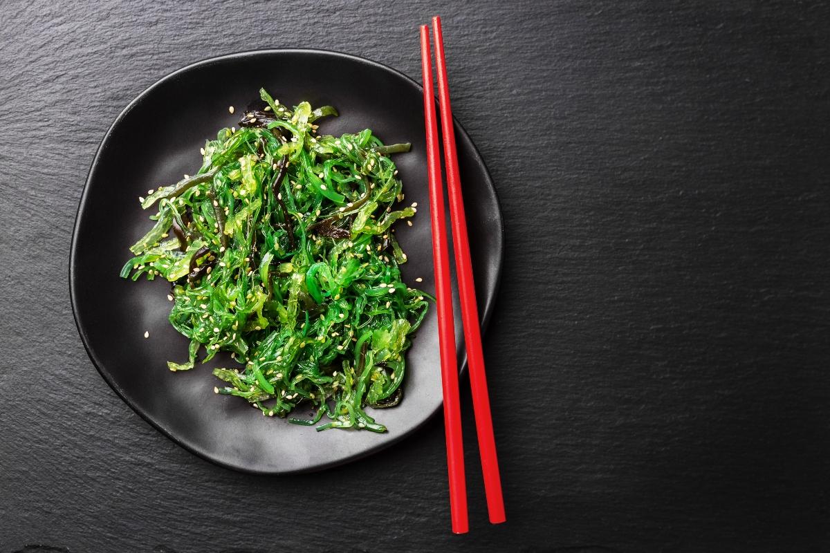 cibi brucia grassi: alga wakame