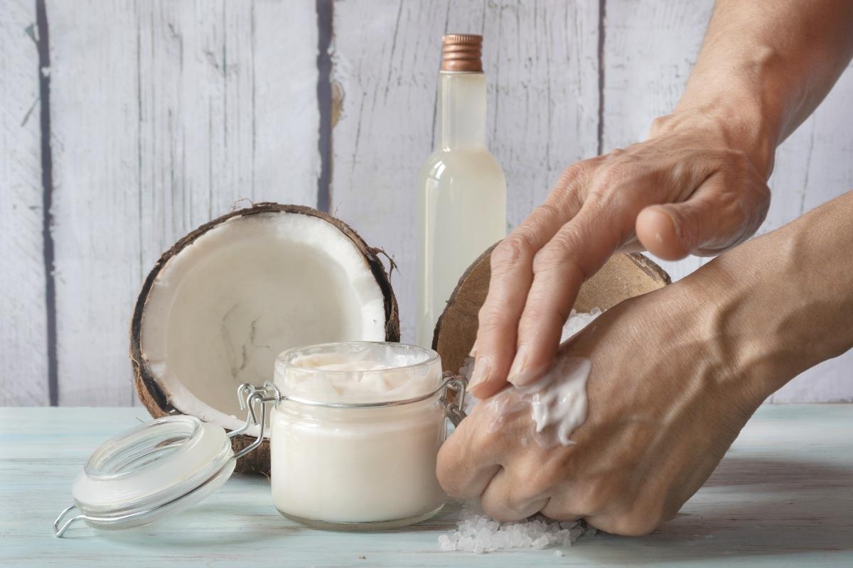 ragadi alle mani: burro o olio di cocco