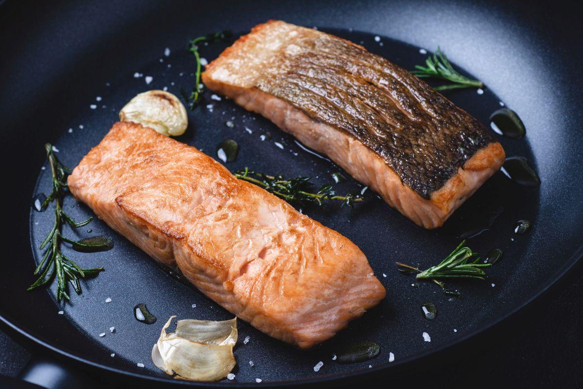 Salmone in padella: la crosta croccante