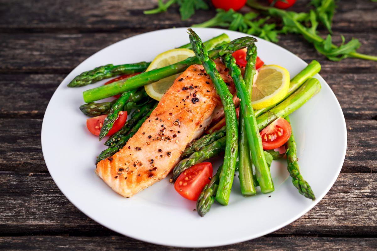 filetto di salmone in padella: un piatto completo