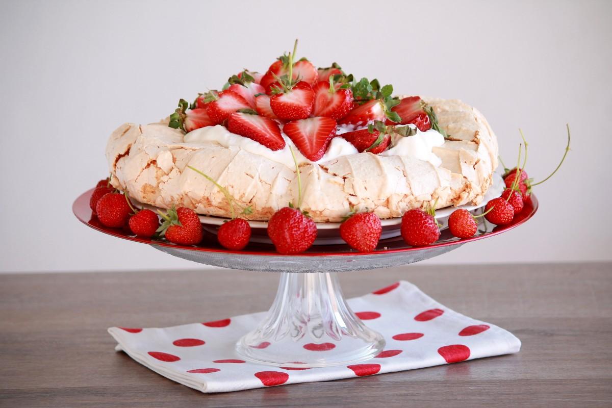 torta con meringhe e frutta