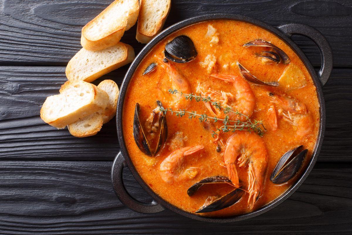 Zuppa di pesce: un piatto unico completo