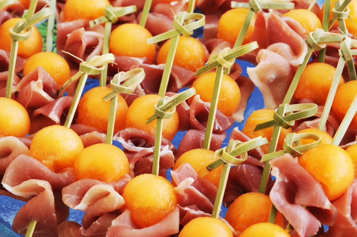alimenti a meno di 120 calorie: spiedini di prosciutto e melone